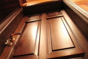 Установка дверей из массива: как избежать серьёзных ошибок